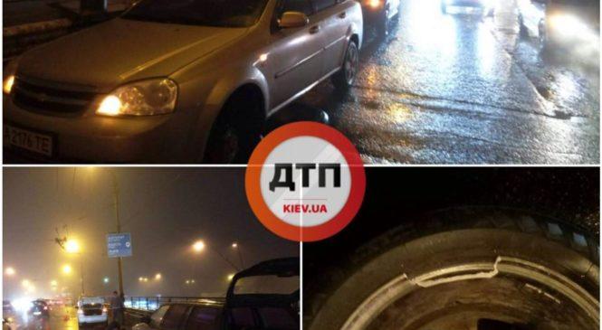 На многострадальном Шулявском мосту в Киеве вылезла арматура и повредила 10 авто