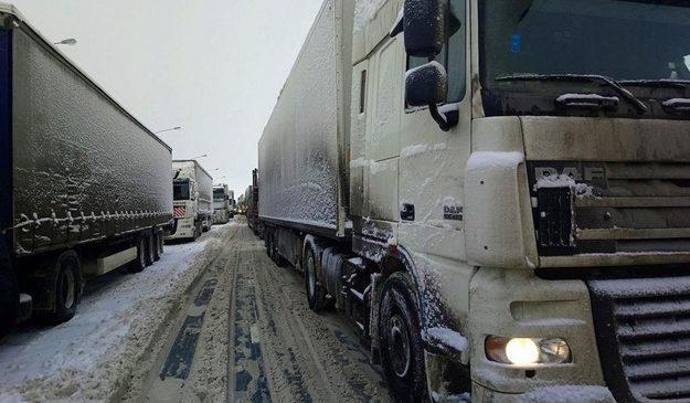 Теперь официально: вечером грузовикам закроют въезд в Киев