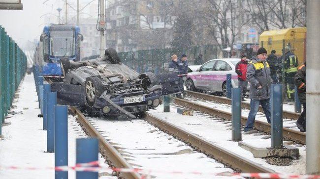 На Борщаговке Mercedes вылетел на пути скоростного трамвая и перевернулся: нетрезвый водитель скрылся