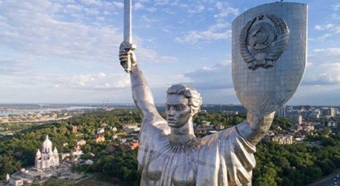 Вятрович хочет спилить со щита Родины-матери в Киеве герб СССР