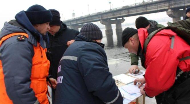 Водолазы ищут в Днепре тело студентки, которая прыгнула с моста Патона