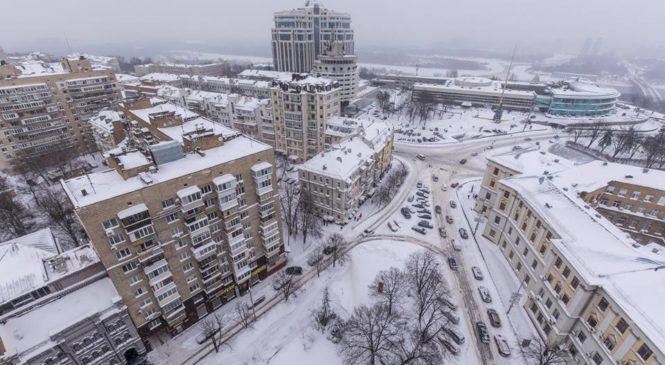 Прыжки через сугробы, ДТП и давка в транспорте. Как Киев пережил первый день весны.